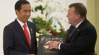 Denmark Prime Minister Lars Lokke Rasmussen (R) gives a vinyl record of the heavy metal band Metallica to Indonesian President Joko Widodo (L) after a joint press conference at the Presidential Palace in Bogor, Indonesia, November 28, 2017 in this photo taken by Antara Foto. Antara Foto/Rossa Panggabean/ via REUTERS ATTENTION EDITORS - THIS IMAGE WAS PROVIDED BY A THIRD PARTY. MANDATORY CREDIT. INDONESIA OUT.