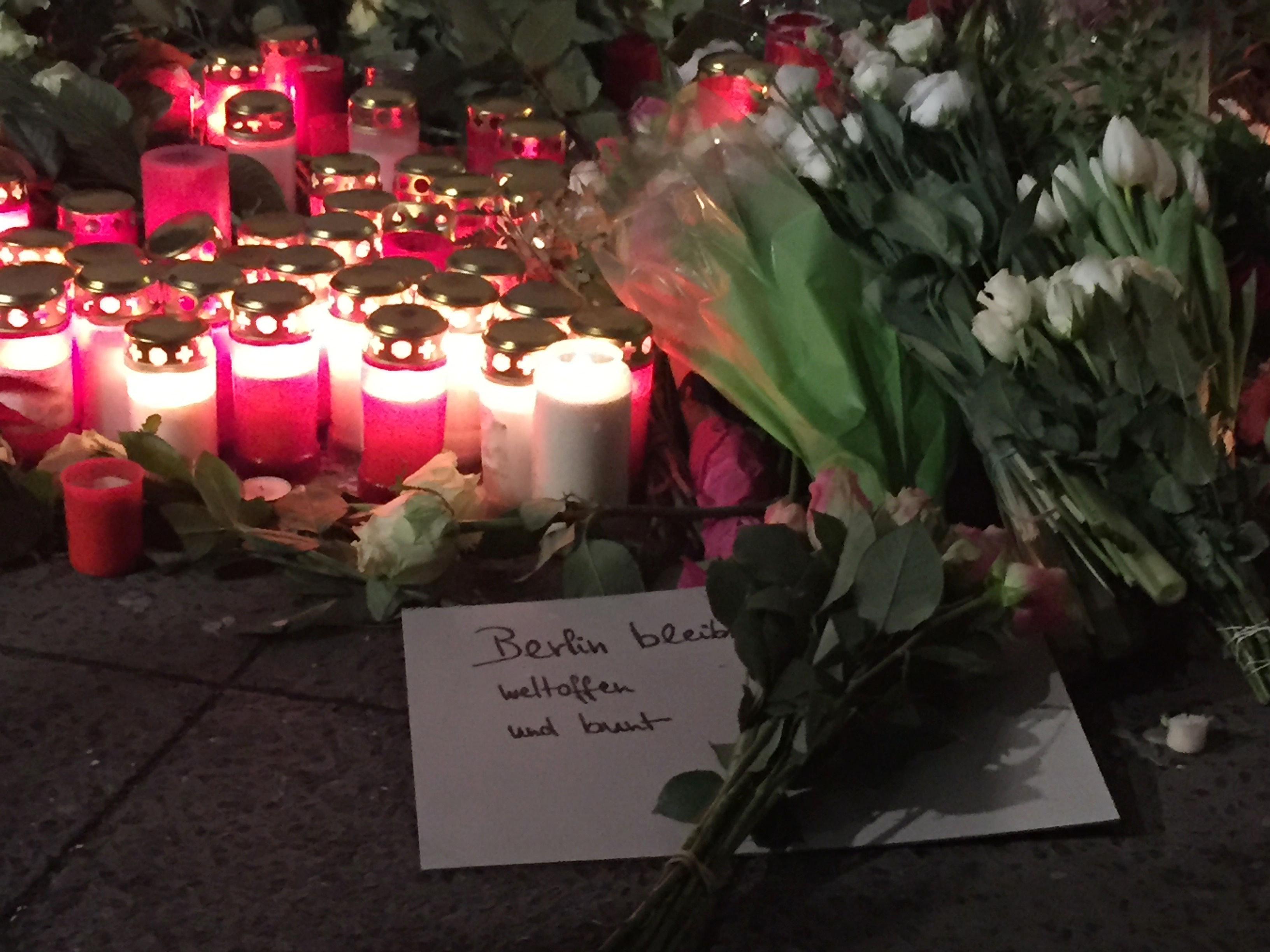 Συγγενείς των 12 θυμάτων της περσινής τρομοκρατικής επίθεσης στο Βερολίνο κατηγορούν τη Μέρκελ για πολιτική αποτυχία και προσ...