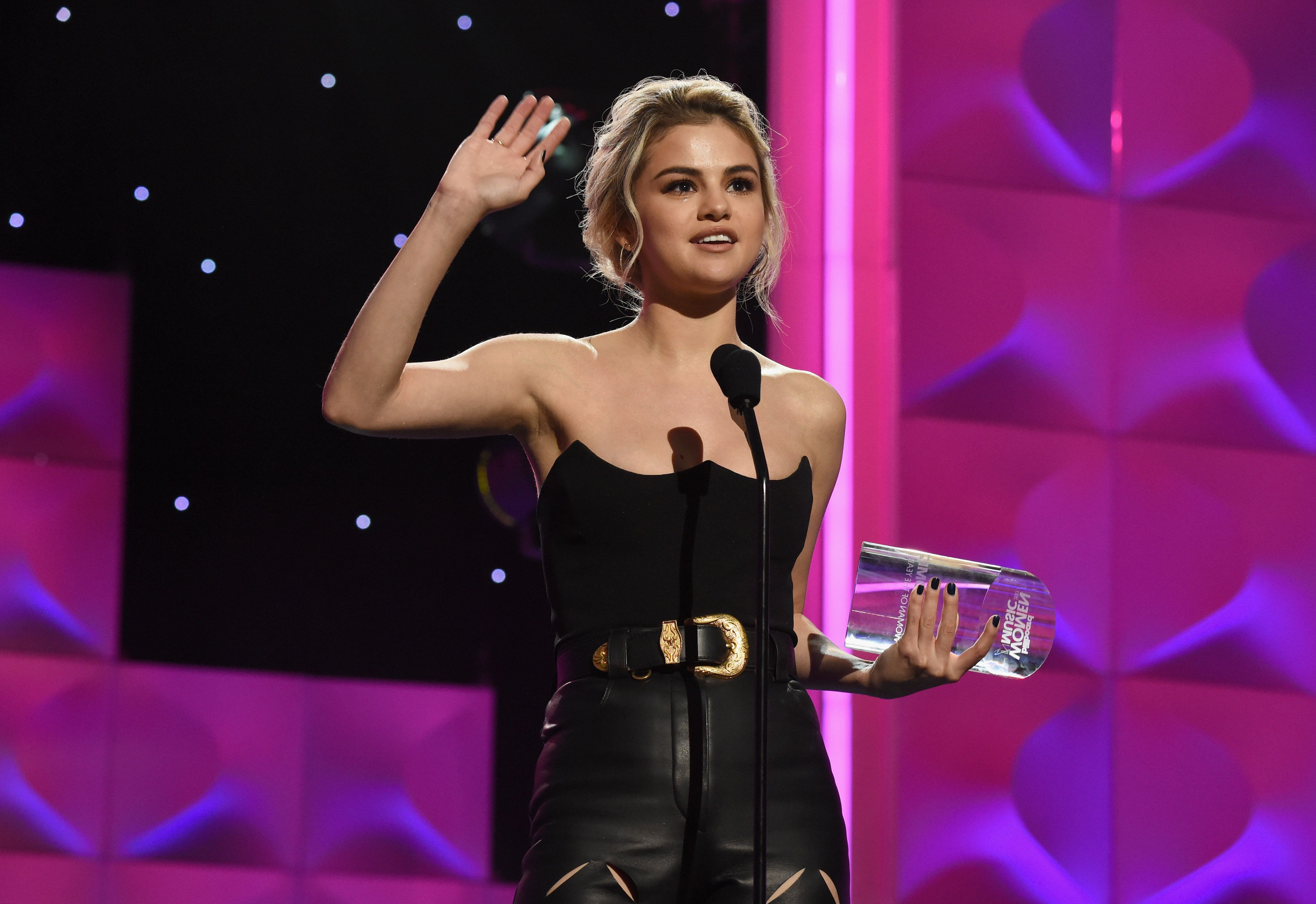 Η (πολύ συγκινημένη) Selena Gomez είναι η Γυναίκα της Χρονιάς για τα βραβεία