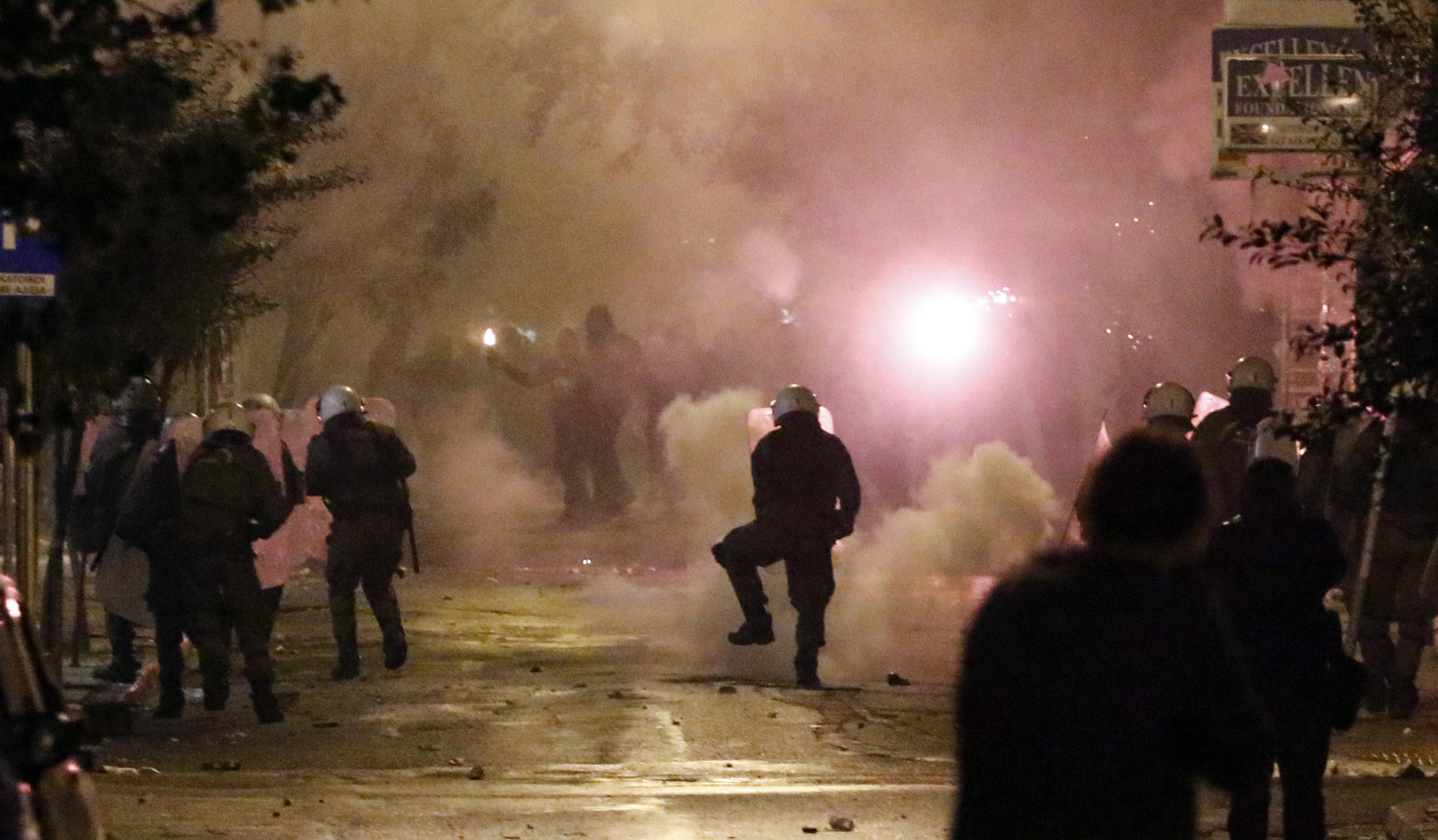 Επιθέσεις με μολότοφ στα ΜΑΤ τα ξημερώματα στο