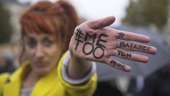 """-FOTODELDIA- PAR�S (FRANCIA) 29/10/2017.- Una mujer muestra el mensaje """"#MeToo"""" (yo tambi�n) escrito en la palma de su mano durante una manifestaci�n contra la violencia de g�nero y las agresiones sexuales a la mujer, en Par�s, Francia, hoy 29 de octubre de 2017. La campa�a contra las agresiones sexuales bajo la etiqueta """"me too"""" cobr� fuerza tras estallar el reciente esc�ndalo de Harvey Weinstein, uno de los productores m�s poderosos de Hollywood y al que decenas de mujeres han acusado de presuntos comportamientos sexuales abusivos y supuestas violaciones. EFE/Christophe Petit Tesson"""