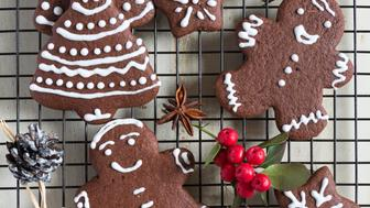 Gingerbread cookies on cooling rack.