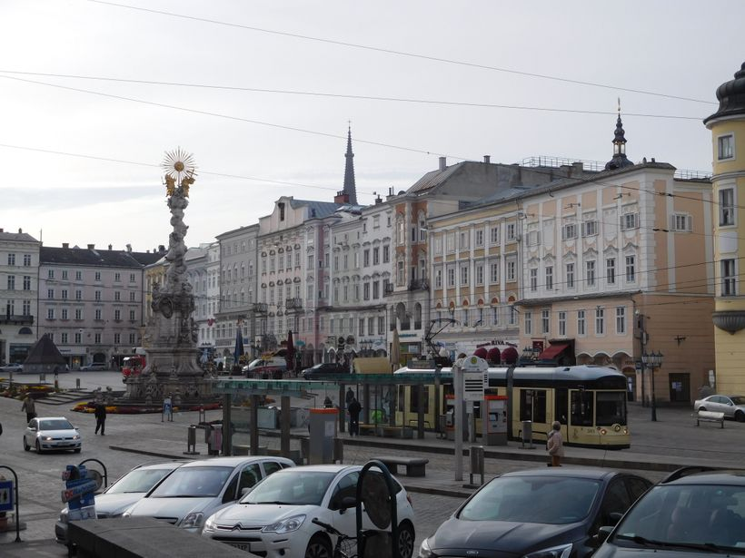 <strong>Linz main square with plague memorial</strong>