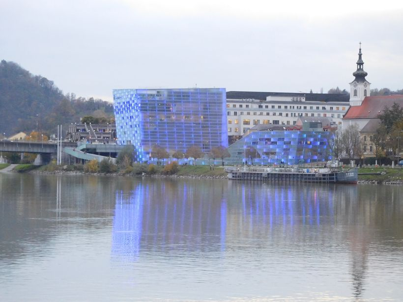 <strong>Ars Electronica Centre, changing colour at night</strong>