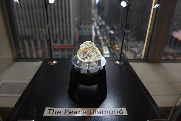 Αγοράστηκε προς $6,5 εκ. το «Διαμάντι της Ειρήνης»: Το ποσό θα δοθεί στους πολίτες και την κυβέρνηση...