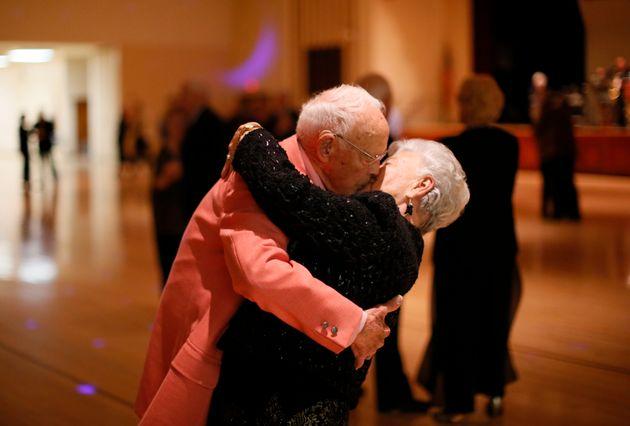 Σε μια παμπ της Σκωτίας διοργανώνονται βραδιές disco για ηλικιωμένους με άνοια (ή, απλά,