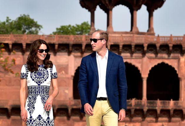 Se les ve felices, pero mantienen las distancias durante su visita al Taj Mahal (India) en abril de