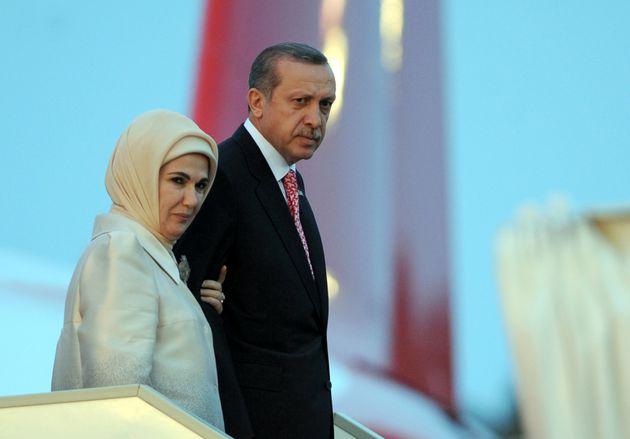 Εμινέ Ερντογάν.Πάντα ένα βήμα πίσω από τον σύζυγό της ή μια πανίσχυρη βαλιντέ της εποχής