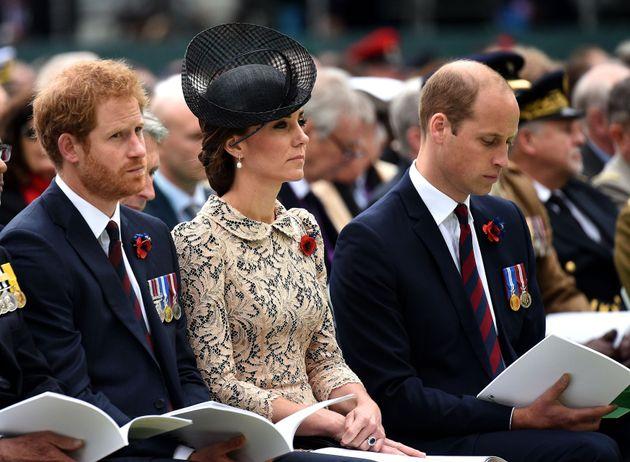 El príncipe Harry, junto a su hermano y a su cuñada durante una conmemoración de la Batalla de Somme...