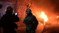 Άνδρες των ΜΑΤ βγάζουν φωτογραφίες με φόντο τις φωτιές στα