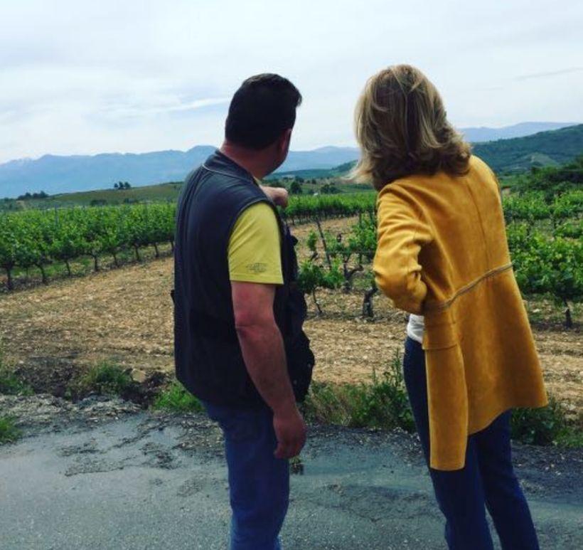 <em>Bodegas Adriá, Margarita López Teijón's surveys the vineyards with winemaker</em>
