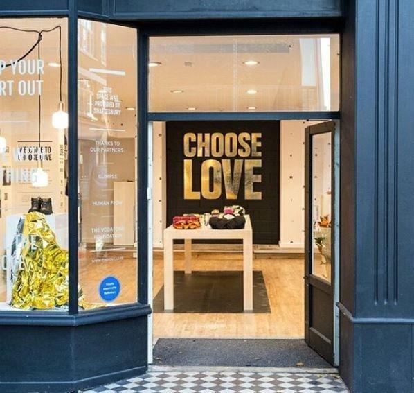 Σε αυτό το μαγαζί στο Λονδίνο ο κόσμος αγοράζει δώρα για τους πρόσφυγες που βρίσκονται στην