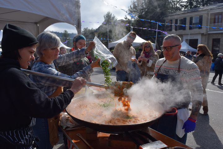 <p>Steve and Teryi Musolf of Greenville, SC's Lazy Goat prepare paella at the 2017 Highlands Food & Wine Festival</p>