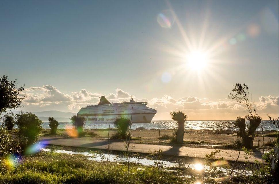 Το CRUISE EUROPA έξω από το λιμάνι της Πάτρας