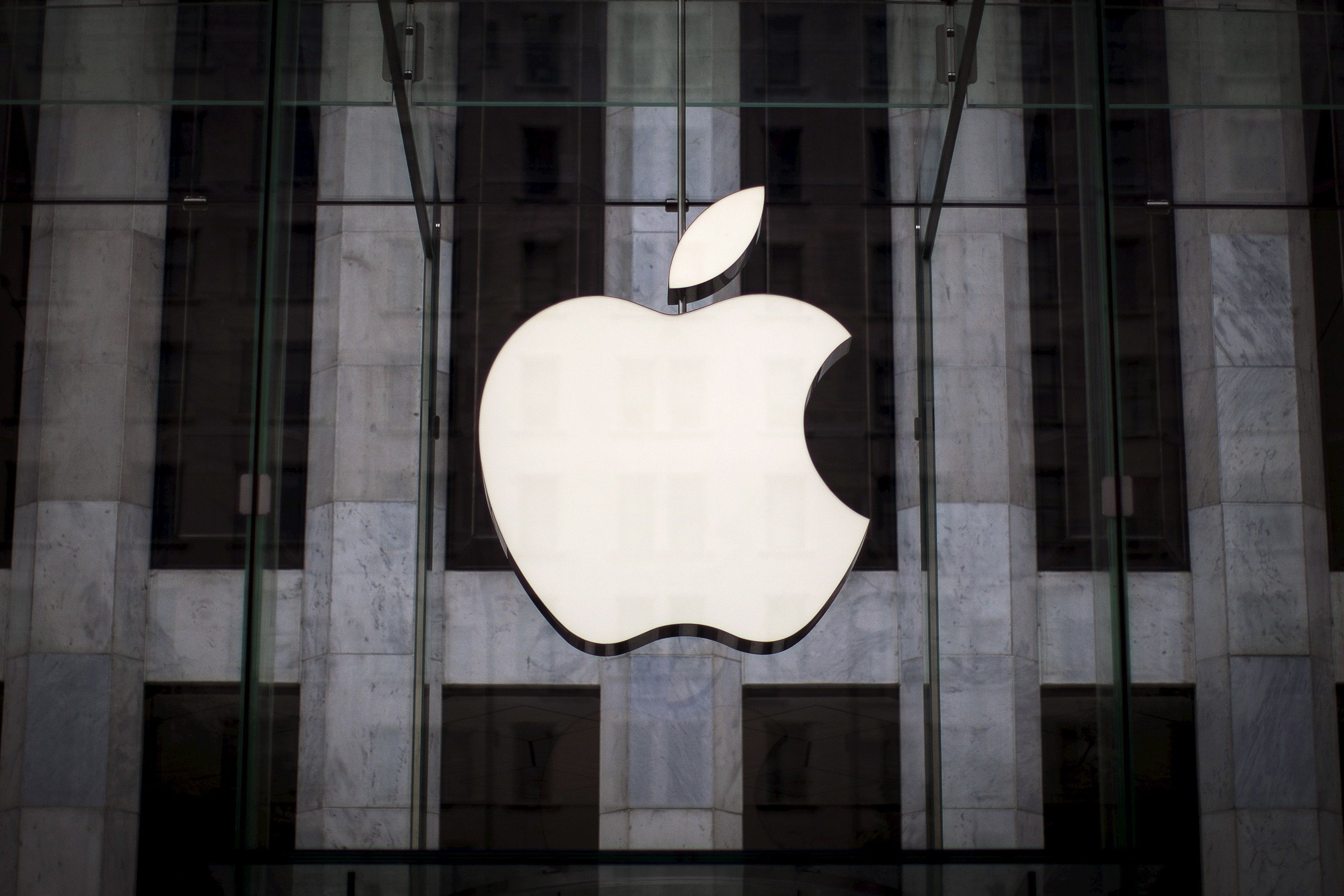 An Apple logo hangs above the entrance to the Apple store on 5th Avenue in the Manhattan borough of New York City, July 21, 2015. Apple Inc said it is experiencing some issues with its App Store, Apple Music, iTunes Store and some other services. The company did not provide details but said only some users were affected. Checks by Reuters on several Apple sites in Asia, Europe and North and South America all showed issues with the services. REUTERS/Mike Segar
