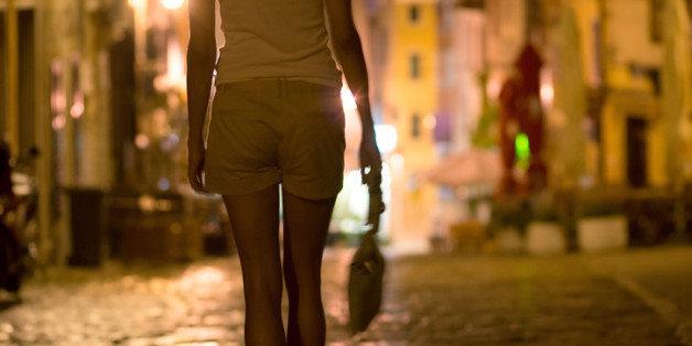 Eine Frau will ihrem Mann anvertrauen, dass sie vergewaltigt wurde – aber niemand weiß das so gut wie er