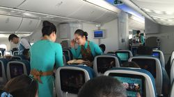 Αεροσυνοδός τρώει το περισσευούμενο φαγητό των επιβατών και το