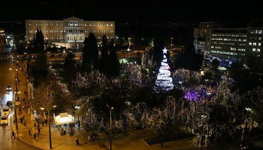 Φωταγωγήθηκε το δέντρο στην πλατεία