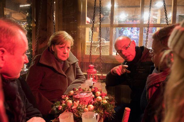 Merkel im Gespräch mit Überlebenden des