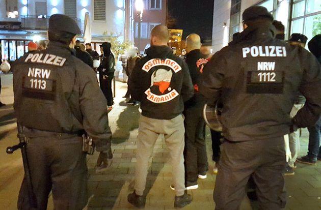 Polizeibeamte beobachten eine Osmanen-Germania-Versammlung in Neuss.