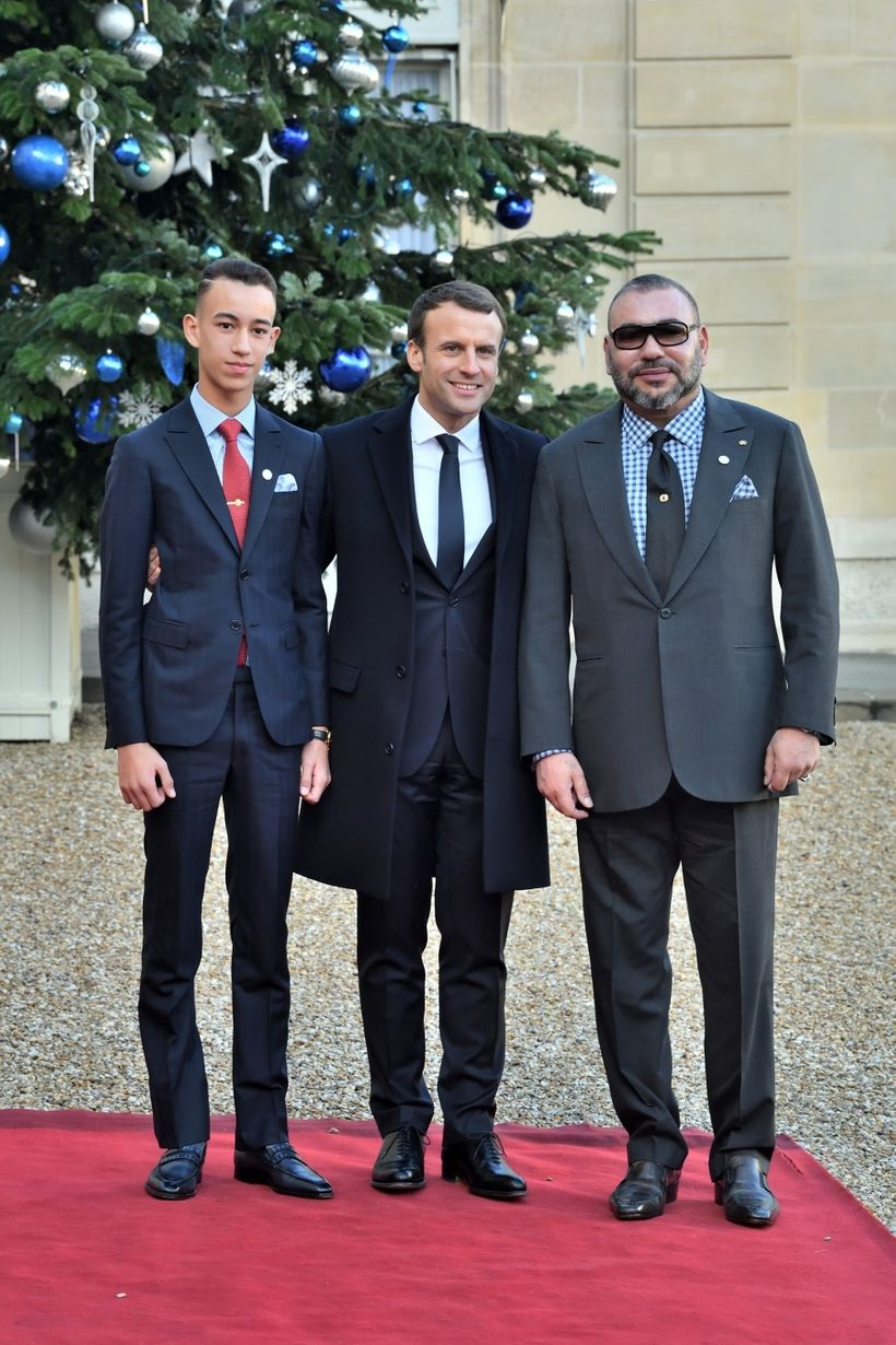 President Macron welcoming king of Morocco Mohammed VI and Crown prince Moulay El Hassan at the Elysee Palace    �]t�-h