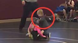 Este niño corrió a socorrer a su hermana en un combate al creer que le estaban
