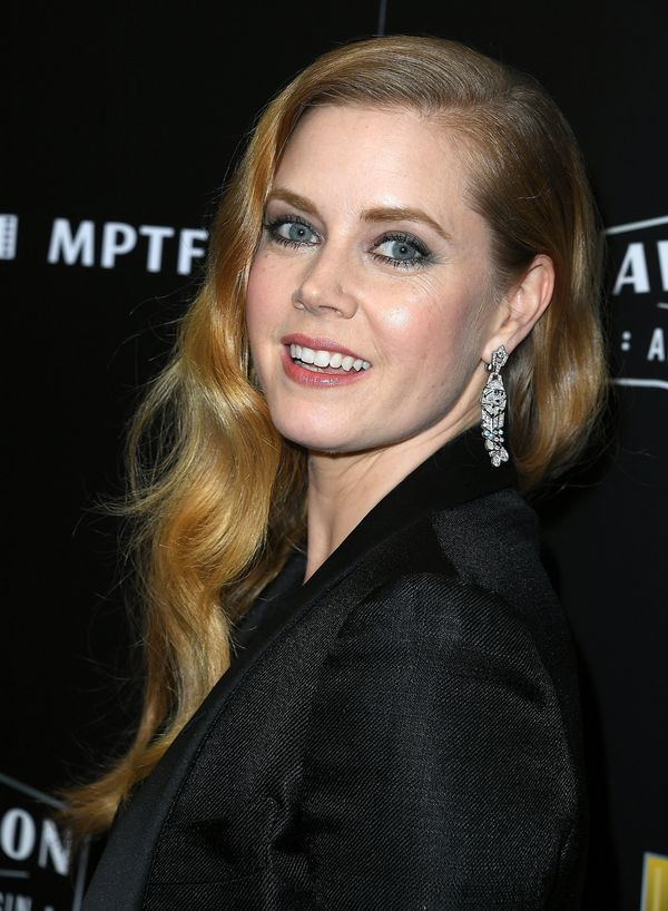 A subtle blue-gray smoky eye paired with a light peachy lip, as seen on Amy Adams, is definitely a good look for conquering t