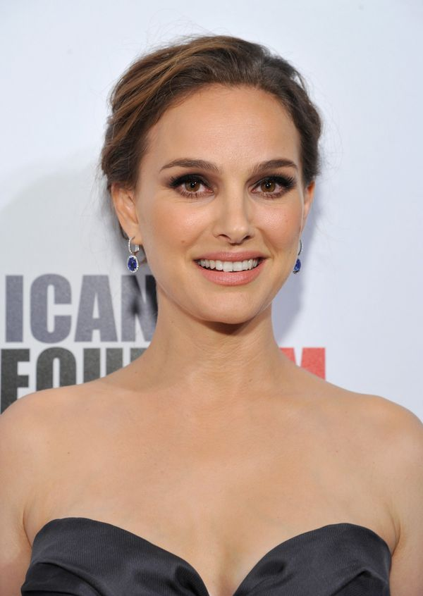 Natalie Portman shows usa great example of a smoky eye that still looks somewhat natural, thanks to the brown eyeshadow