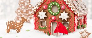 BAKING HOLIDAY CHOCOLATE CANDY GINGERBREAD HOUSE GINGERBREAD CAKE COPY SPACE HOMEMADE ICING SILVER COLORED FAIRY TALE WITCH DESSERT HUT CHILD