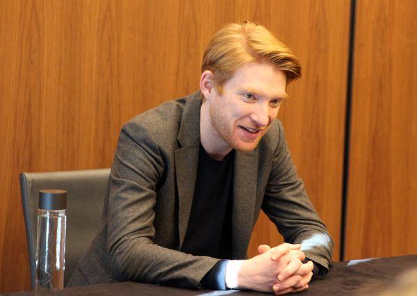 Domhnall Gleeson meets with writers at the <em>Star Wars: The Last Jedi</em> press junket