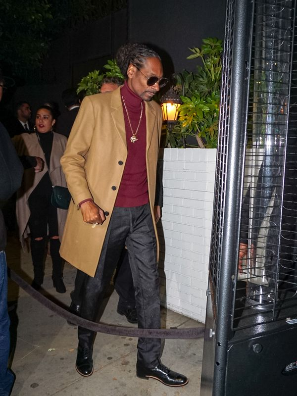 Rapper Snoop Dogg does turtleneck accessorizing right.