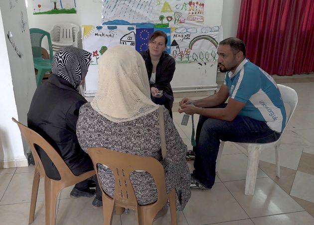 Aiysha, derecha, con su abuela, Najat, izquierda, hablan sobre sus horribles experiencias en