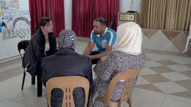 Aiysha, derecha, con su abuela, Najat, izquierda, hablan con los reporteros de HuffPost y