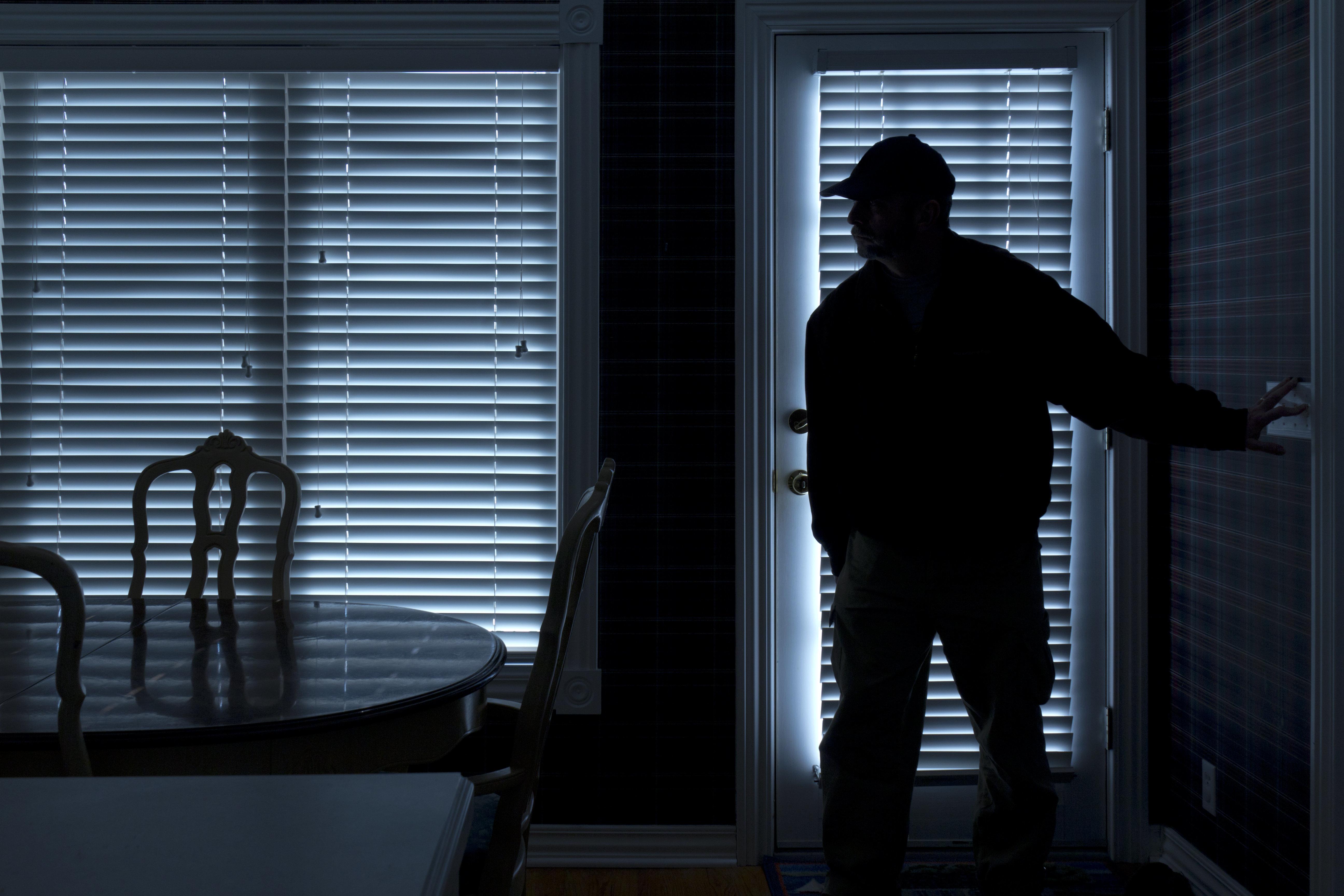 Frau denkt, Unbekannter ist ein Einbrecher - dann kommt raus, was er wirklich in der Wohnung vorhat