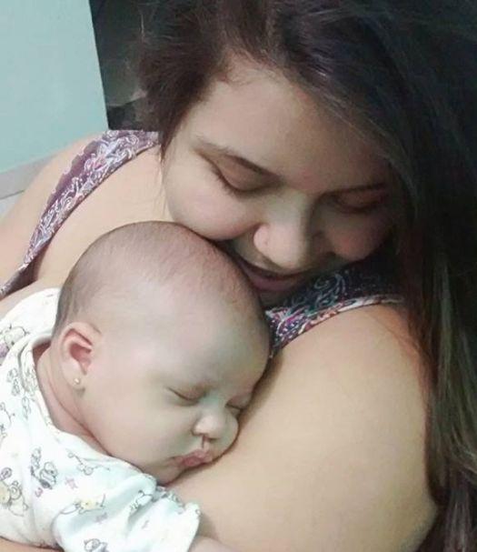 Sekunden nach der Geburt: Baby überrascht mit einer ungewöhnlichen Geste den ganzen OP-Saal