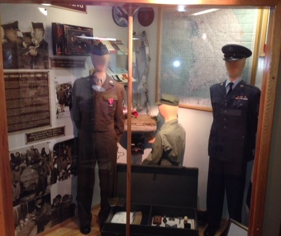 The entire exhibit, which also includes a radio operator and items such as an enlisted airman's footlocker in between the Str