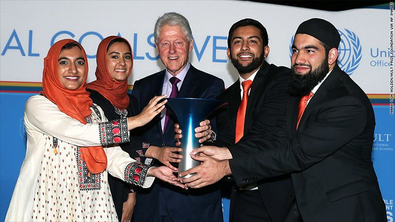 Gia Farooqi,  Hanaa Lakhani, Moneeb Mian and Hasan Usmani and receiving their first place award from former U.S. President Bi