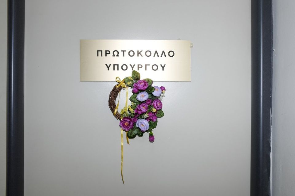 Στα νύχια του τέρατος της ελληνικής