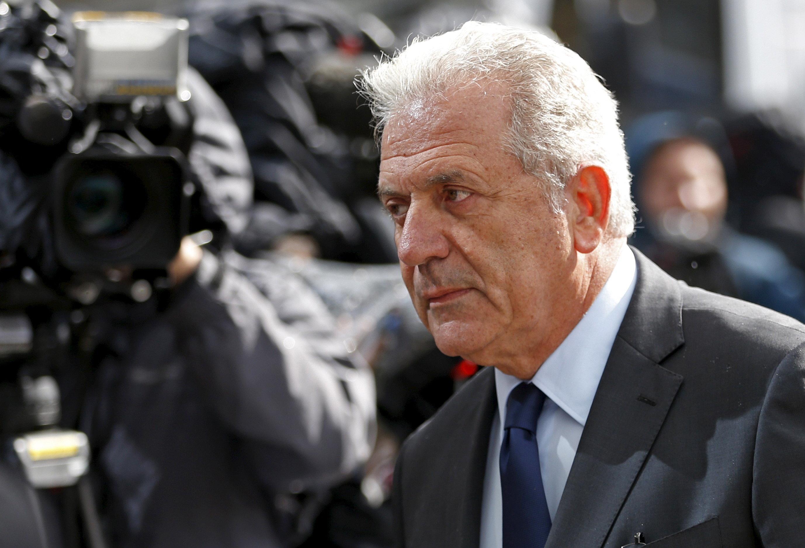 Politico: Αβραμόπουλος, ο Ευρωπαίος Επίτροπος που ανάγκασε τον Τουσκ να αναθεωρήσει τα σχέδιά του για τη