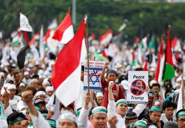 Μαζικές διαδηλώσεις κατά του Τραμπ στην Ινδονησία. Αφορμή η απόφασή του για την