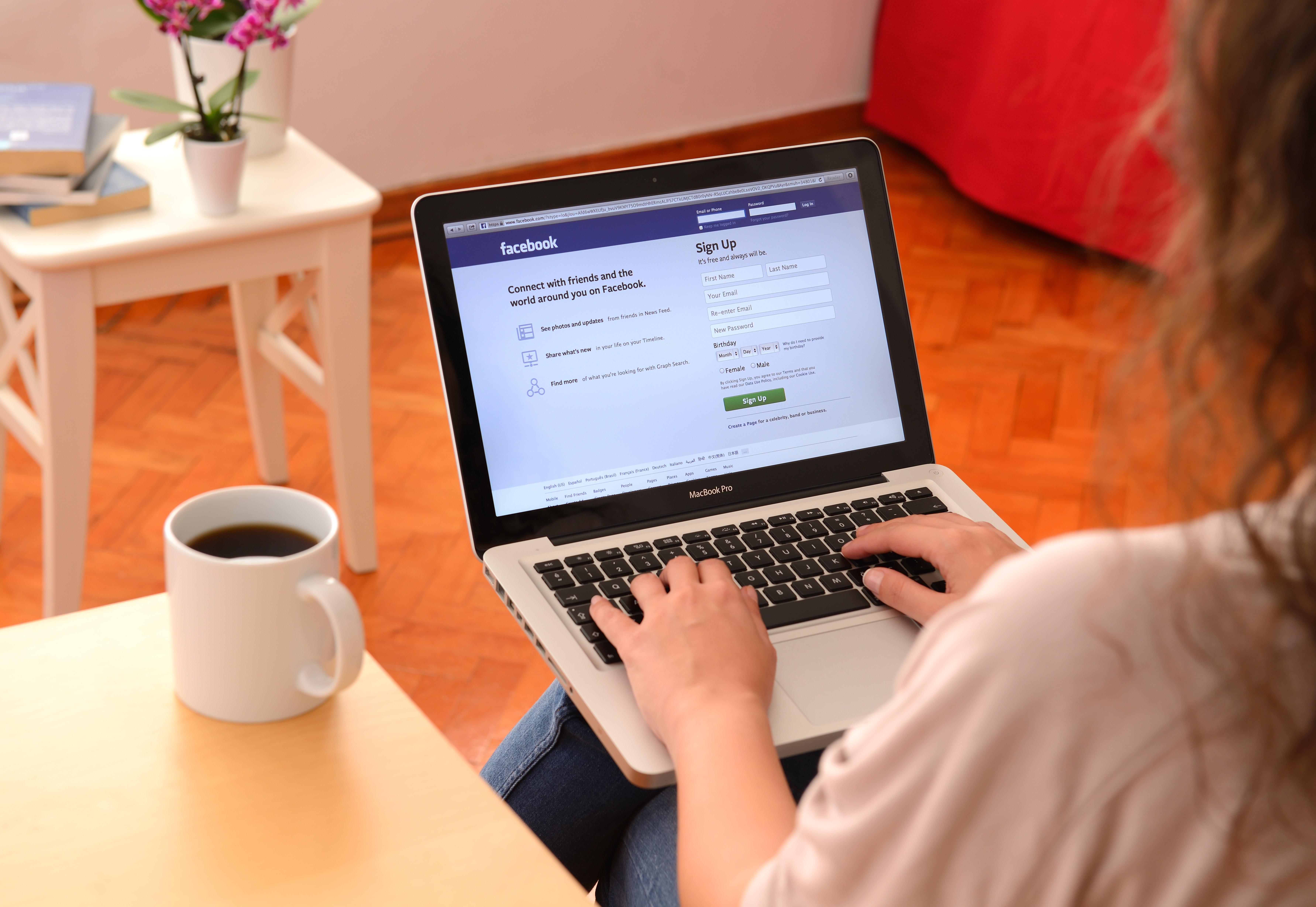 Mutter sucht auf Facebook Urlaubsbetreuung für ihre Kinder, dann steht die Polizei vor der Tür