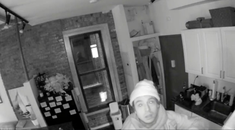 Mann schläft in Wohnung eines Freundes, dann entdeckt er die Kamera