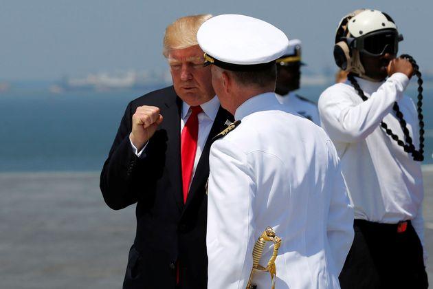 El presidente Trump se despide del capitán de la Marina Richard McCormack durante una ceremonia en la...
