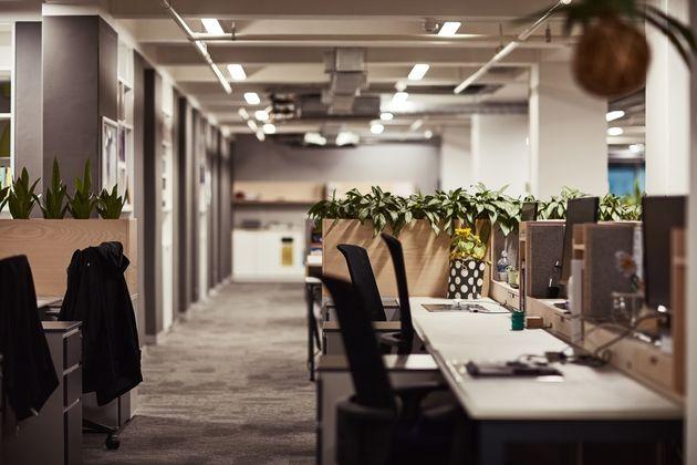 Έρευνα: Πέντε πράγματα που δεν πρέπει να φοράμε στο γραφείο και 4 στοιχεία για το πόσο (τελικά) πίσω