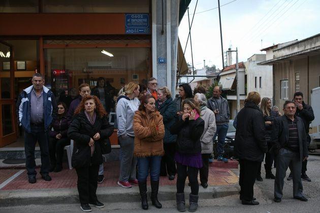 Οικογενειακή τραγωδία στους Αγ. Αναργύρους: Αστυνομικός σκότωσε τη γυναίκα και το παιδί του και