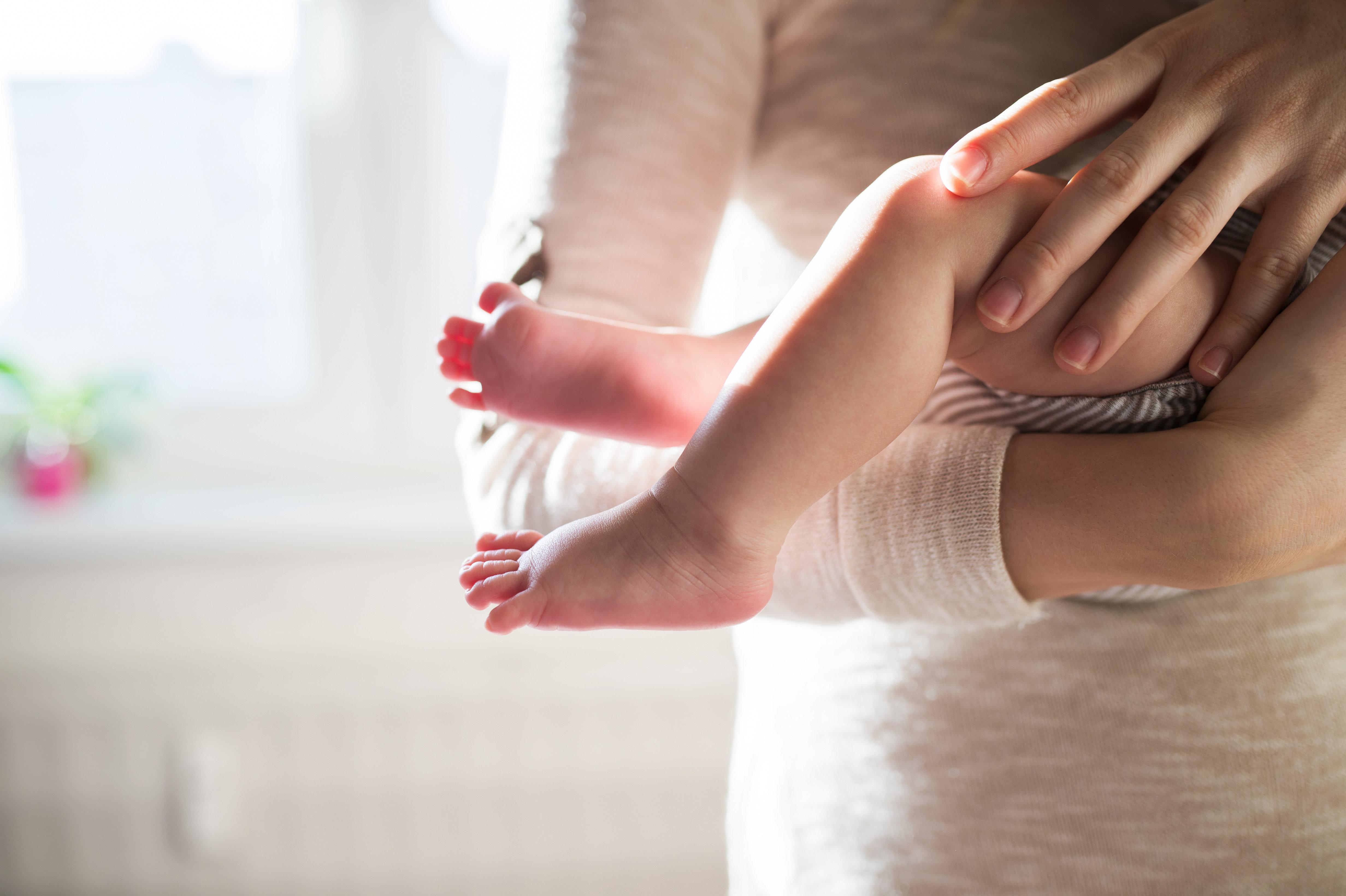 Sensation: Frau bringt Baby zur Welt, das nur ein Jahr jünger ist als sie