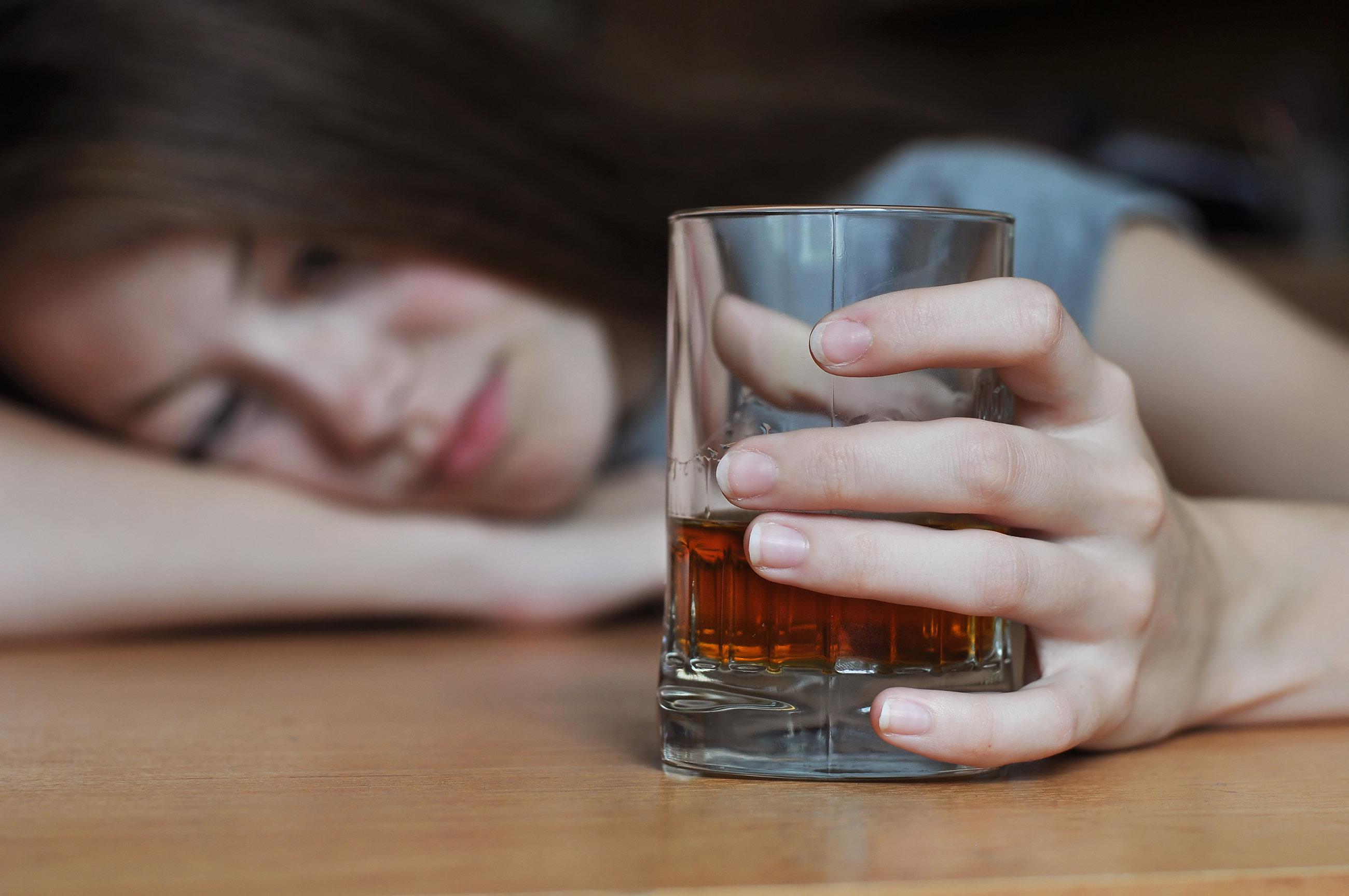 Mutter lässt ihre Kinder schon mit 13 Jahren Alkohol trinken – ihre Begründung ist alarmierend