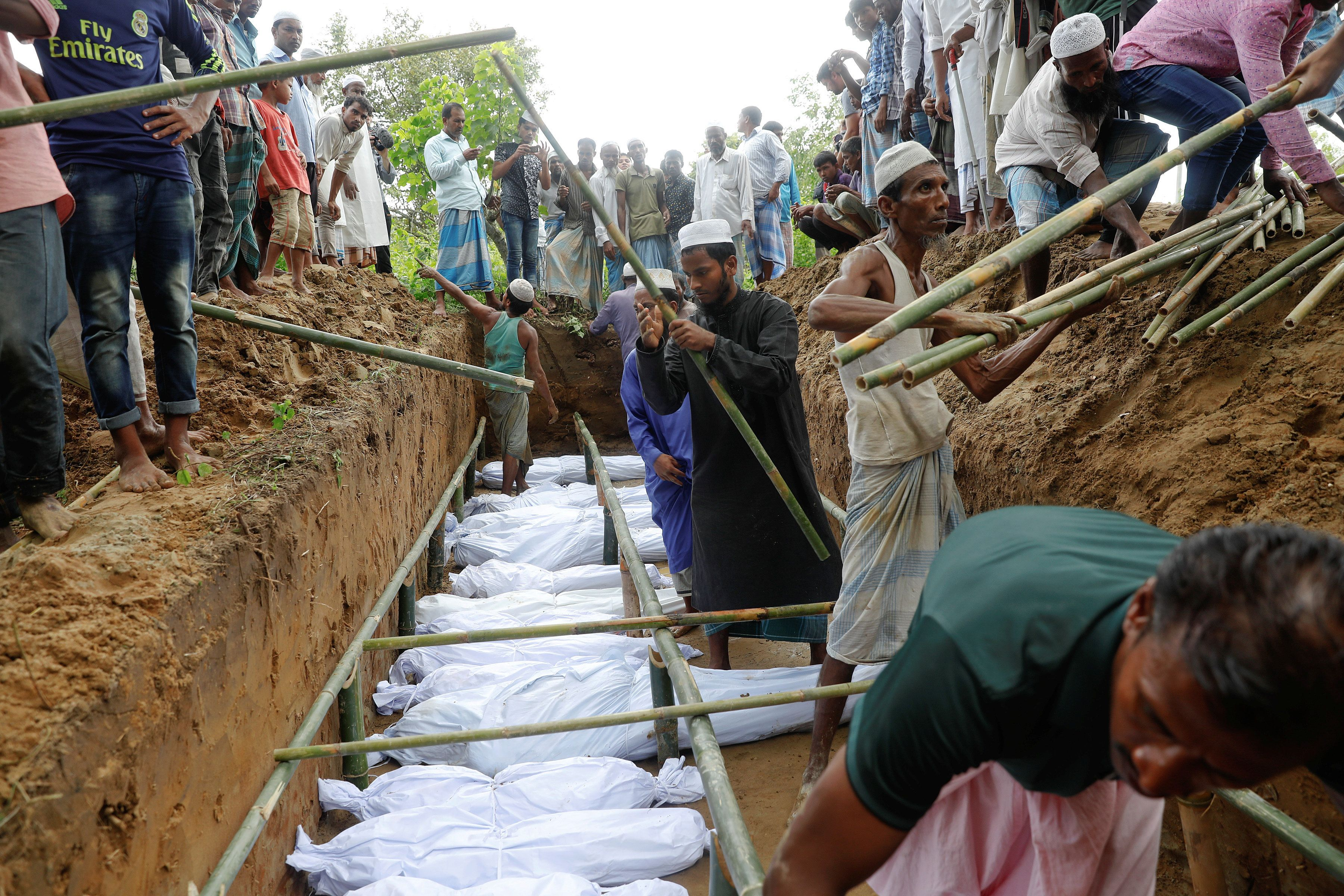ATTENTION EDITORS - VISUAL COVERAGE OF SCENES OF DEATH Rohingya refugees who died after their boat capsized, as they were fleeing Myanmar, are buried in a mass grave just behind Inani Beach near Cox's Bazar, Bangladesh September 29, 2017. REUTERS/Damir Sagolj