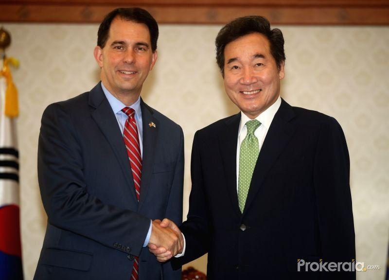 Governor Scott Walker met with South Korean Prime Minister Lee, Nak-Yeon shaking their hands [Image : twitter @GovWalker]