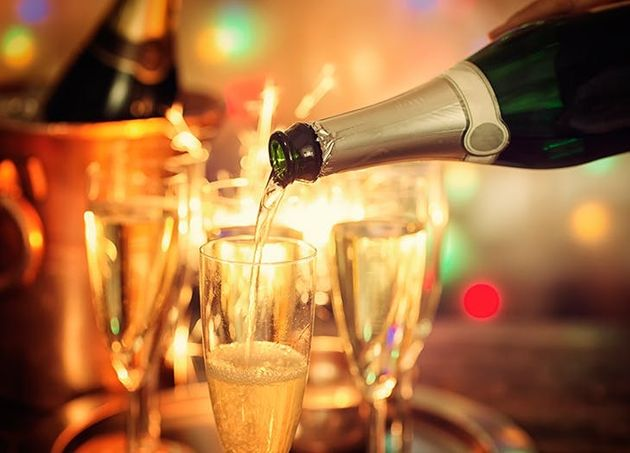 According To A Wedding Planner, Here Are 6 Reasons To Have A NYE Wedding (And 4 Reasons Not
